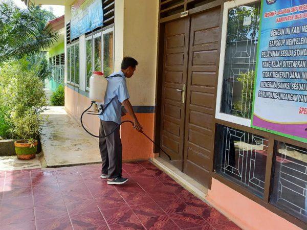 Antisipasi Covid-19 Sekolah SMP N 2 Sungai Keruh Disemprot Disinfektan