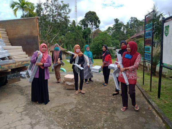 SMP N 2 Sungai Keruh terima bantuan 96 set moubiler.