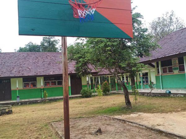pemasangan ring basket di SMP N 2 SUNGAI KERUH