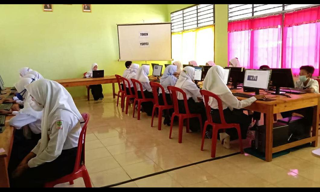 ANBK SMPN 3 Jirak Jaya yang di Selengarakan dalam ruangan lab komputer SMPN 2 Sungai Keruh